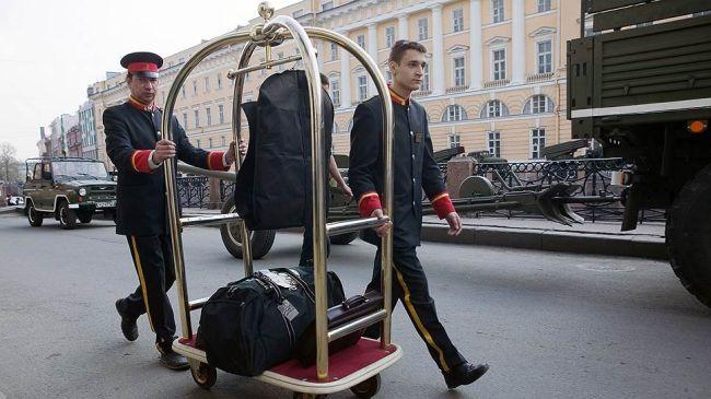 туристы едут в петербург